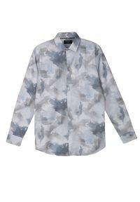 TOP SECRET - Koszula z nadrukiem typu tie dye o kroju slim. Okazja: na co dzień. Kolor: niebieski. Materiał: jeans, tkanina. Długość rękawa: krótki rękaw. Długość: długie. Wzór: nadruk. Sezon: wiosna, lato. Styl: casual, elegancki