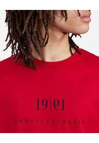 Armani Exchange - ARMANI EXCHANGE - Czerwony t-shirt z dużym nadrukiem. Kolor: czerwony. Materiał: materiał. Wzór: nadruk