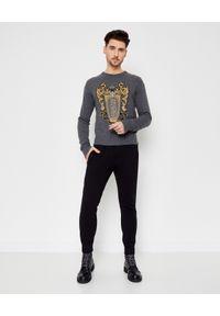 Versace Jeans Couture - VERSACE JEANS COUTURE - Wełniany sweter z haftem. Kolor: szary. Materiał: wełna. Długość rękawa: długi rękaw. Długość: długie. Wzór: haft. Styl: sportowy