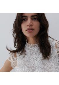 Reserved - Bluzka z ażurowym wzorem - Biały. Kolor: biały. Wzór: ażurowy
