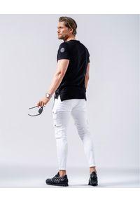 GUNS & TUXEDOS - Czarny t-shirt z kieszenią Clandestino. Okazja: na co dzień. Kolor: czarny. Materiał: jeans, materiał. Wzór: aplikacja. Styl: casual