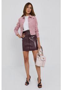 Guess - Plecak. Kolor: różowy. Wzór: aplikacja
