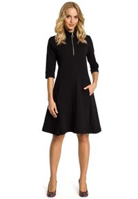 MOE - Rozkloszowana sukienka ze stójką zapinaną na zamek. Typ kołnierza: kołnierzyk stójkowy. Materiał: bawełna, materiał, elastan. Typ sukienki: proste, rozkloszowane