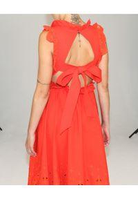 Pomarańczowa sukienka midi, rozkloszowana, w koronkowe wzory, na imprezę