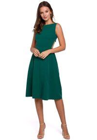 MAKEOVER - Zielona Wieczorowa Sukienka z Odkrytymi Plecami. Kolor: zielony. Materiał: poliester, elastan. Styl: wizytowy