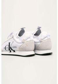 Białe sneakersy Calvin Klein Jeans z okrągłym noskiem, na sznurówki, z cholewką