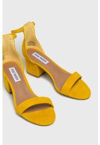 Żółte sandały Steve Madden na klamry