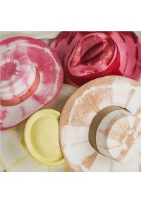 SENSI STUDIO - Różowy kapelusz ze sznurkiem tie-dye. Kolor: różowy, fioletowy, wielokolorowy. Wzór: aplikacja