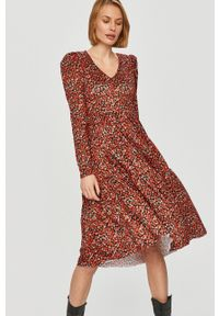 Answear Lab - Sukienka. Kolor: czerwony. Materiał: dzianina. Długość rękawa: długi rękaw. Typ sukienki: rozkloszowane. Styl: wakacyjny