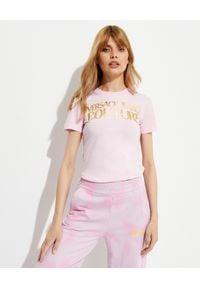 Versace Jeans Couture - VERSACE JEANS COUTURE - Różowy t-shirt z logo marki. Kolor: wielokolorowy, fioletowy, różowy. Materiał: bawełna