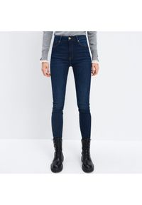 Mohito - Jeansy slim - Niebieski. Kolor: niebieski. Materiał: jeans
