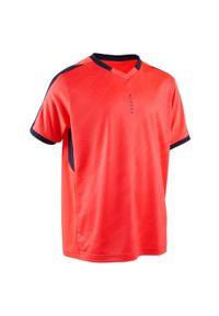 KIPSTA - Koszulka piłkarska dla dzieci Kipsta F520 z krótkim rękawem. Typ kołnierza: dekolt w kształcie V. Kolor: wielokolorowy, czerwony, różowy. Materiał: poliester, elastan, materiał. Długość rękawa: krótki rękaw. Długość: krótkie. Sezon: lato. Sport: piłka nożna