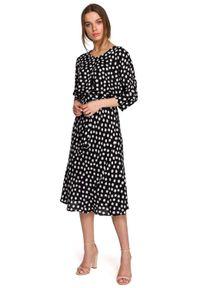 MOE - Midi Sukienka w Grochy z Nietoperzowym Rękawem - Czarna. Kolor: czarny. Materiał: wiskoza. Wzór: grochy. Długość: midi