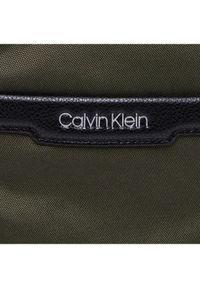 Zielona nerka Calvin Klein