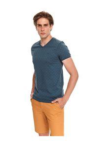 TOP SECRET - T-shirt męski z dekoltem w serek i nadrukiem w kropki. Typ kołnierza: dekolt w serek. Kolor: niebieski. Materiał: bawełna, tkanina. Długość rękawa: krótki rękaw. Długość: krótkie. Wzór: kropki, nadruk