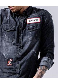 GUNS & TUXEDOS - Szara koszula z naszywkami Tubs. Okazja: na co dzień. Typ kołnierza: kołnierzyk klasyczny. Kolor: szary. Materiał: jeans, tkanina, bawełna. Wzór: aplikacja. Styl: rockowy, klasyczny, casual