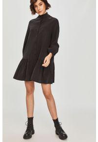 Czarna sukienka Answear Lab mini, ze stójką, raglanowy rękaw