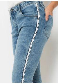 Dżinsy z haftem bonprix jasnoniebieski denim. Kolor: niebieski. Wzór: haft
