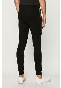 Czarne spodnie dresowe John Frank z nadrukiem
