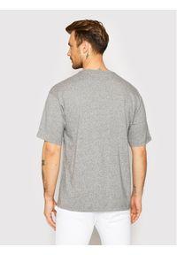 Champion T-Shirt Vertical Script Logo 215942 Szary Custom Fit. Kolor: szary