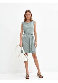 DRYWASH - Gładka sukienka bez rękawów, z wiązaniem w pasie. Okazja: do pracy, na co dzień. Kolor: zielony. Długość rękawa: bez rękawów. Wzór: gładki. Sezon: lato. Typ sukienki: proste. Styl: casual
