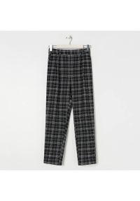 Sinsay - Eleganckie spodnie w kratę - Czarny. Kolor: czarny. Styl: elegancki