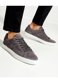 TOD'S - Szare sneakersy z monogramem. Nosek buta: okrągły. Kolor: szary. Materiał: zamsz, guma