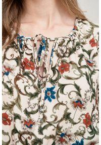 Marie Zélie - Sukienka Cecilia Cantilena pudrowa. Materiał: bawełna, wiskoza, materiał, tkanina, skóra, poliester. Wzór: napisy, aplikacja