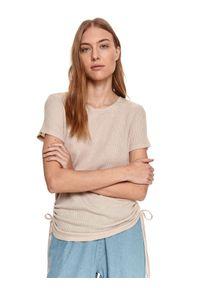 DRYWASH - Gładki t-shirt damski z drapowaniem po bokach. Okazja: na co dzień. Kolor: beżowy. Materiał: tkanina. Długość rękawa: krótki rękaw. Długość: krótkie. Wzór: gładki. Sezon: wiosna, lato. Styl: casual