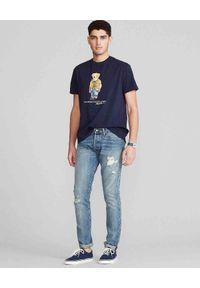 Ralph Lauren - RALPH LAUREN - Granatowa koszulka z misiem Polo. Typ kołnierza: polo. Kolor: niebieski. Materiał: bawełna, jeans. Wzór: nadruk, kolorowy. Sezon: lato. Styl: klasyczny