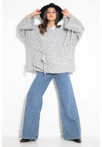 Fobya - Sweter Oversize z Naszytą Kieszenią i Frędzlami - Szary. Kolor: szary. Materiał: bawełna, poliester. Wzór: aplikacja