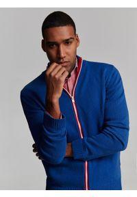 TOP SECRET - Sweter rozpinany ze stójką. Okazja: na co dzień. Typ kołnierza: kołnierzyk stójkowy. Kolor: niebieski. Sezon: wiosna, lato. Styl: casual