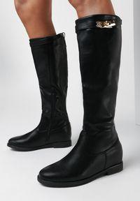 Born2be - Czarne Kozaki Melinisse. Nosek buta: okrągły. Zapięcie: klamry. Kolor: czarny. Szerokość cholewki: normalna. Wzór: aplikacja. Wysokość cholewki: przed kolano. Materiał: materiał. Obcas: na koturnie. Styl: klasyczny, elegancki