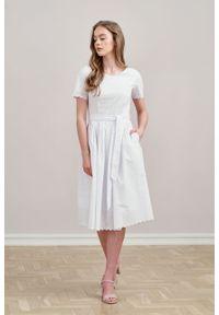 Marie Zélie - Sukienka Elina biała haftowana krótki rękaw. Kolor: biały. Materiał: bawełna, materiał. Długość rękawa: krótki rękaw. Wzór: haft. Typ sukienki: rozkloszowane. Styl: klasyczny