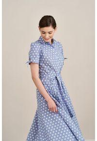 Marie Zélie - Sukienka Ariana lniana błękitna w białe grochy. Kolor: biały, niebieski, wielokolorowy. Materiał: len. Długość rękawa: krótki rękaw. Wzór: grochy. Sezon: lato. Typ sukienki: szmizjerki, trapezowe