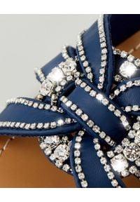 MYSTIQUE SHOES - Niebieskie klapki z kryształami. Kolor: niebieski. Wzór: aplikacja, paski. Sezon: lato