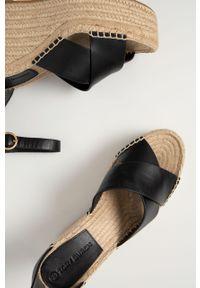 Czarne sandały Tory Burch na średnim obcasie, na klamry