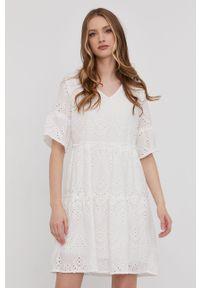 Biała sukienka Answear Lab rozkloszowana, na co dzień