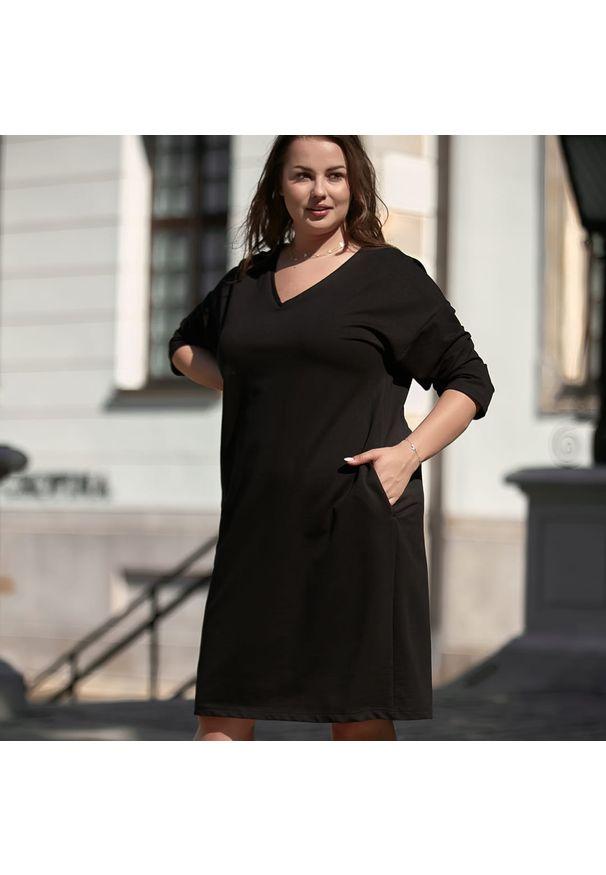 Moda Size Plus Iwanek - Kimonowa czarna sukienka Zuza XXL OVERSIZE JESIEŃ. Okazja: na co dzień, do pracy. Typ kołnierza: dekolt w kształcie V. Kolekcja: plus size. Kolor: czarny. Materiał: tkanina, bawełna, elastan. Sezon: jesień. Typ sukienki: oversize. Styl: casual, elegancki