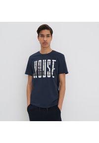 Niebieski t-shirt House z napisami