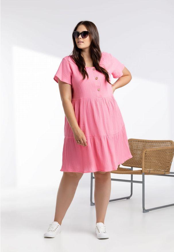 Moda Size Plus Iwanek - Różowa sukienka Scarlett z muślinu XXL OVERSIZE LATO. Okazja: na co dzień. Kolor: różowy. Materiał: elastan, skóra, materiał, bawełna. Długość rękawa: krótki rękaw. Sezon: lato. Typ sukienki: oversize. Styl: casual. Długość: midi