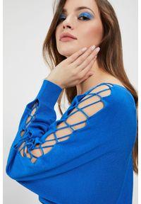 Niebieski sweter MOODO długi, z dekoltem w łódkę