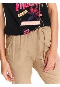 Beżowe spodnie DRYWASH w kolorowe wzory