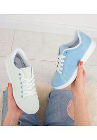 Niebieskie buty sportowe N/M w kolorowe wzory
