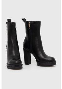 Love Moschino - Botki skórzane. Nosek buta: okrągły. Kolor: czarny. Materiał: skóra. Obcas: na obcasie. Wysokość obcasa: średni