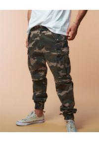 SER.O.YA - Spodnie moro John Cargo. Kolor: zielony. Długość: długie. Wzór: moro