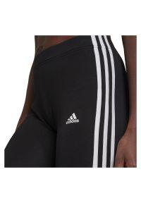 Adidas - Spodenki damskie rowerowe adidas Essentials 3-Stripes GR3866. Stan: podwyższony. Materiał: bawełna, skóra, materiał, elastan. Długość: krótkie. Sport: kolarstwo