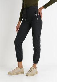 Born2be - Czarne Spodnie Thelomela. Okazja: na co dzień. Stan: podwyższony. Kolor: czarny. Wzór: aplikacja. Styl: sportowy, casual