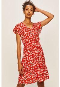 Czerwona sukienka Jacqueline de Yong rozkloszowana, na co dzień