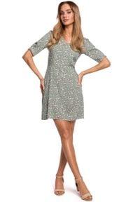 MOE - Krótka Sukienka w Kwiatki z Zakładką na Rękawie - Model 7. Materiał: wiskoza. Wzór: kwiaty. Długość: mini